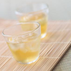 氷の入った冷たい緑茶の写真素材 [FYI02849625]