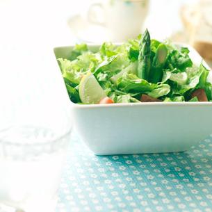 朝食の野菜サラダの写真素材 [FYI02849717]