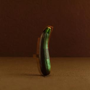食品偽装をテーマにコラージュされたズッキーニの写真素材 [FYI02849779]
