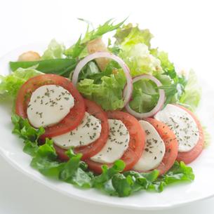 トマトのカプレーゼとフレッシュなサラダの写真素材 [FYI02849793]