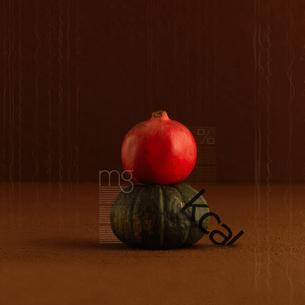 食や健康をテーマとした文字とコラージュされたカボチャとカブの写真素材 [FYI02849800]