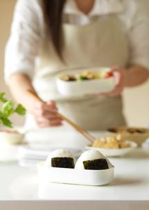 お弁当を作るエプロン姿の女性の手元の写真素材 [FYI02849816]