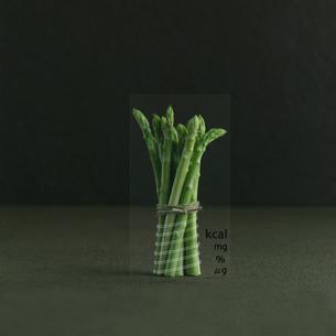 食や健康をテーマとした文字とコラージュされた新鮮なアスパラの写真素材 [FYI02849825]