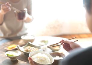 ちゃぶ台で食べる2人の朝食の写真素材 [FYI02849835]
