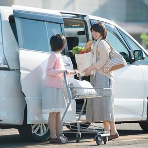 車に荷物を積み込む親子の写真素材 [FYI02849854]
