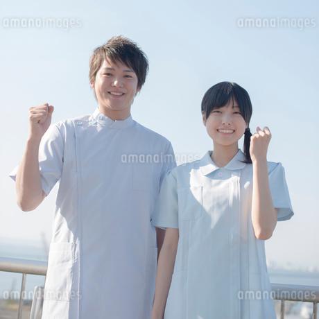 ガッツポーズをする看護師の写真素材 [FYI02849856]