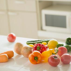 キッチンの上に並ぶ野菜の写真素材 [FYI02849863]