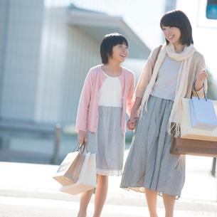 買い物をする親子の写真素材 [FYI02849866]