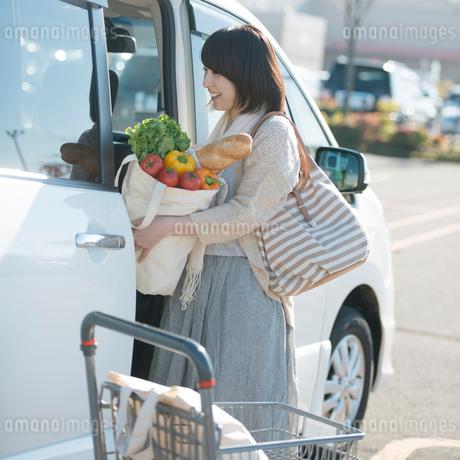 車に荷物を積む女性の写真素材 [FYI02849873]