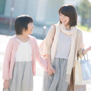 買い物をする親子の写真素材 [FYI02849875]
