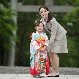 七五三の女の子と母親の写真素材 [FYI02849881]