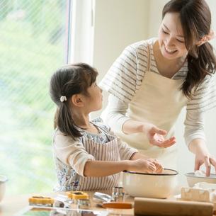 キッチンでお菓子作りをする親子の写真素材 [FYI02849884]