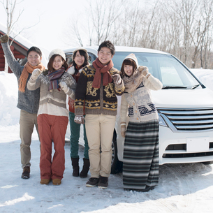 車の前で微笑む若者たちの写真素材 [FYI02849888]