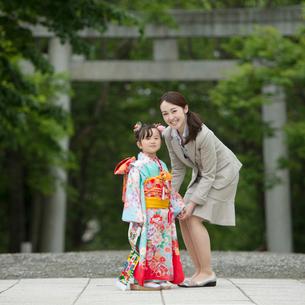 七五三の女の子と母親の写真素材 [FYI02849890]