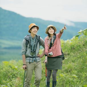 トレッキングをするカップルの写真素材 [FYI02849891]
