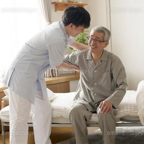 シニア男性を支える介護士の写真素材 [FYI02849905]