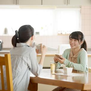 リビングで談笑をする親子の写真素材 [FYI02849922]