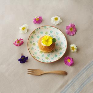 花を飾ったカップケーキとフォークの写真素材 [FYI02849937]