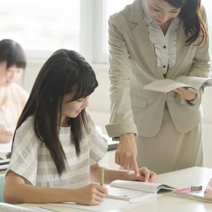 夏期講習を受ける学生の写真素材 [FYI02849940]