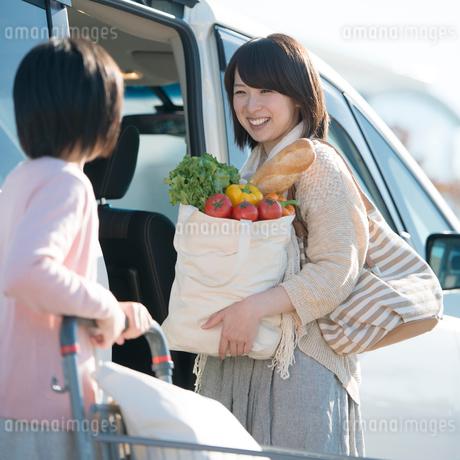 車に荷物を積み込む親子の写真素材 [FYI02849962]