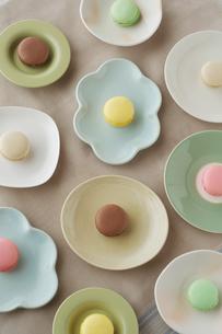 たくさんの皿の上に並べたマカロンの写真素材 [FYI02849975]