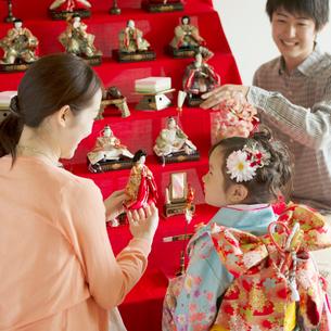 雛人形の飾り付けをする親子の写真素材 [FYI02849982]