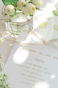 パーティーのテーブルにおかれたメニューと花の写真素材 [FYI02850016]