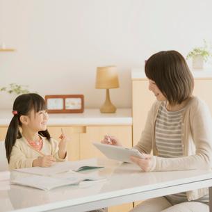 女の子に勉強を教える母親の写真素材 [FYI02850023]