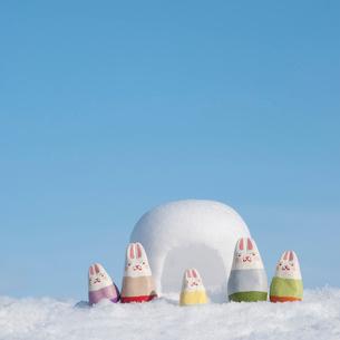 かまくらの前に並ぶウサギの家族 干支のクラフトの写真素材 [FYI02850037]