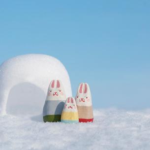 かまくらの前に並ぶウサギの家族 干支のクラフトの写真素材 [FYI02850039]