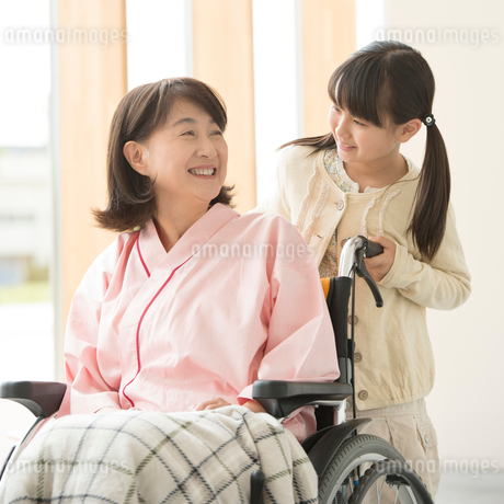 祖母の車椅子を押す女の子の写真素材 [FYI02850070]