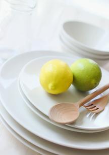 皿の上のライムとレモンの写真素材 [FYI02850078]