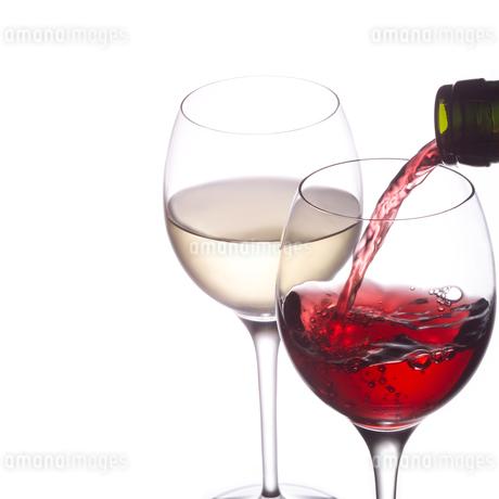 そそがれる赤ワインの写真素材 [FYI02850085]