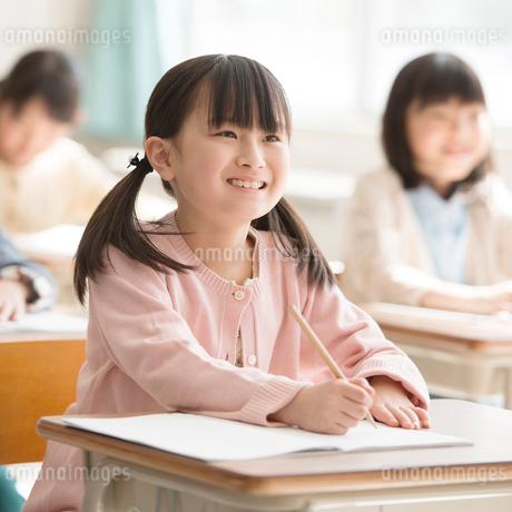 教室で授業を受ける小学生の写真素材 [FYI02850094]