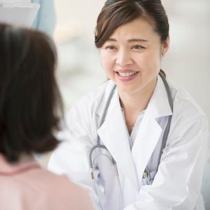 シニア女性の診察をする女医の写真素材 [FYI02850096]
