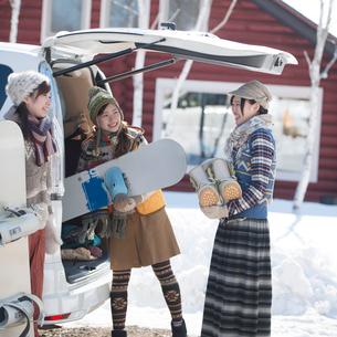 車に荷物を積み込む3人の女性の写真素材 [FYI02850102]