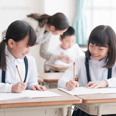 勉強を教え合う小学生の写真素材 [FYI02850127]