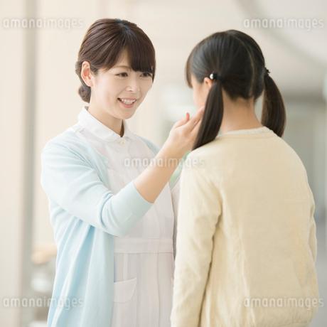 女の子と話をする看護師の写真素材 [FYI02850130]