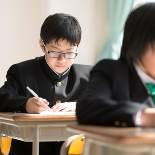 教室でテストを受ける学生の写真素材 [FYI02850132]