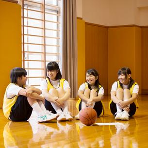 体育館で談笑をする女子学生の写真素材 [FYI02850133]