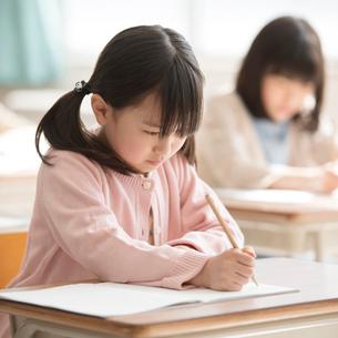教室で授業を受ける小学生の写真素材 [FYI02850138]