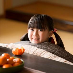 こたつで微笑む女の子の写真素材 [FYI02850141]