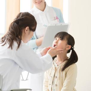 女医の診察を受ける女の子の写真素材 [FYI02850145]
