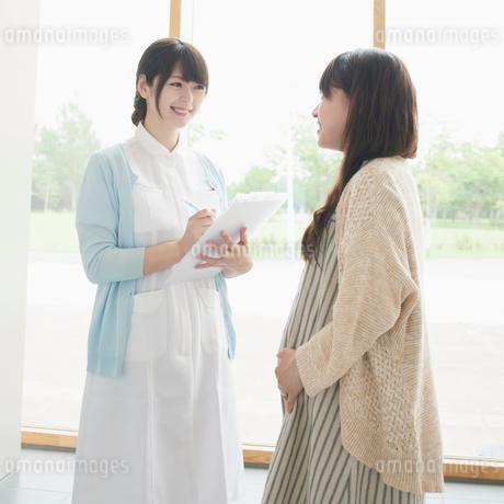 妊婦と話をする看護師の写真素材 [FYI02850149]