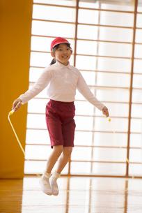 体育館で縄跳びをする小学生の写真素材 [FYI02850150]