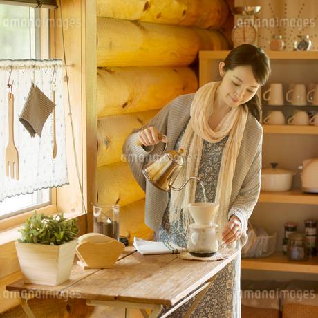 コーヒーを入れる女性の写真素材 [FYI02850151]