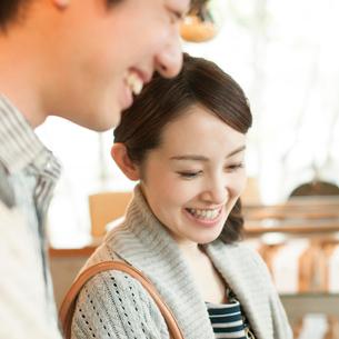 雑貨屋で買い物をするカップルの写真素材 [FYI02850153]
