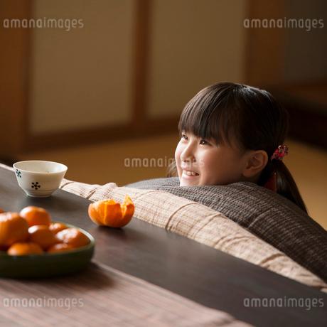 こたつで微笑む女の子の写真素材 [FYI02850155]