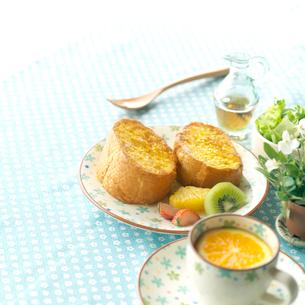 フレンチトーストのある朝食の写真素材 [FYI02850156]