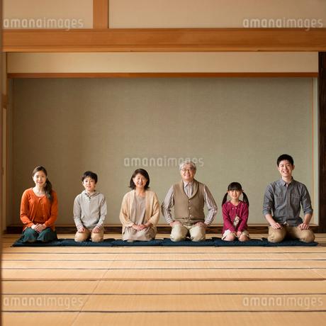 和室で正座をする3世代家族の写真素材 [FYI02850160]